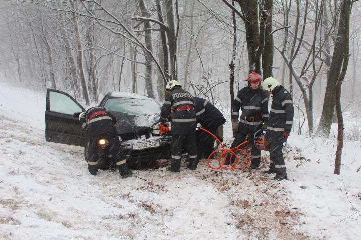 Sfaturi pentru şofatul pe drumurile îngheţate. Ce riscă şoferii care circulă fără anvelope de iarnă
