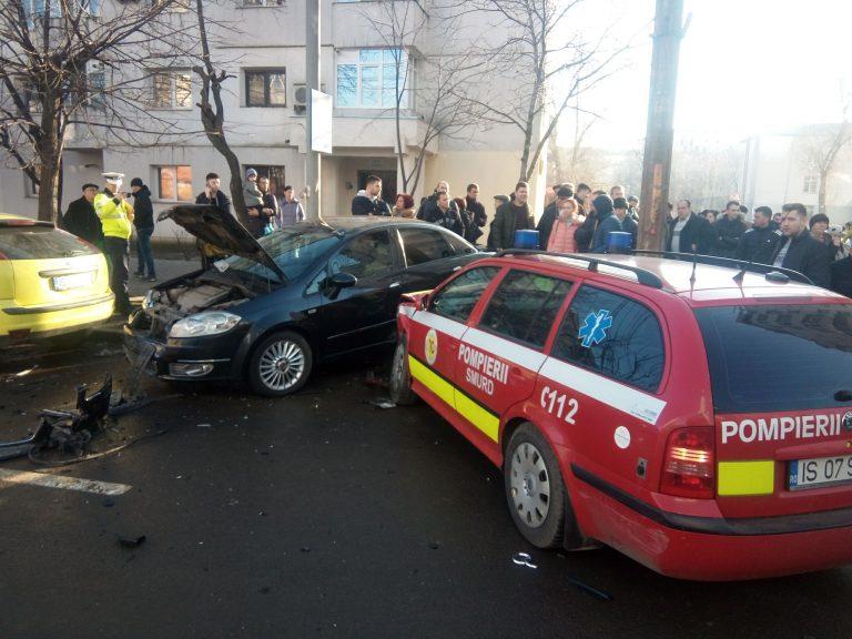 O mașină SMURD implicată într-un accident în Păcurari. FOTO